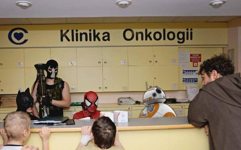 Zbiórka BB-8 odwiedza dzieci w szpitalu - zdjęcie główne
